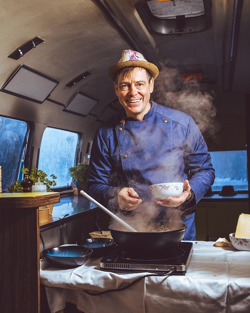 Thomas Ensinger kocht in seinem Food-Truck